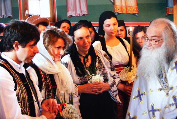 Cristina si Victor Roncea cu Parintele Justin Parvu la nunta lor de la Petru Voda
