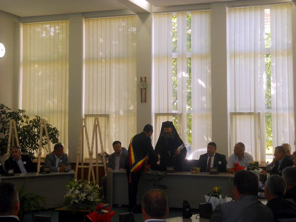 Parintele Hariton Negrea primind distinctia de Cetatean de Onoare post mortem al orasului Targu Neamt in memoriam Parintele Justin Parvu - Sept 2014