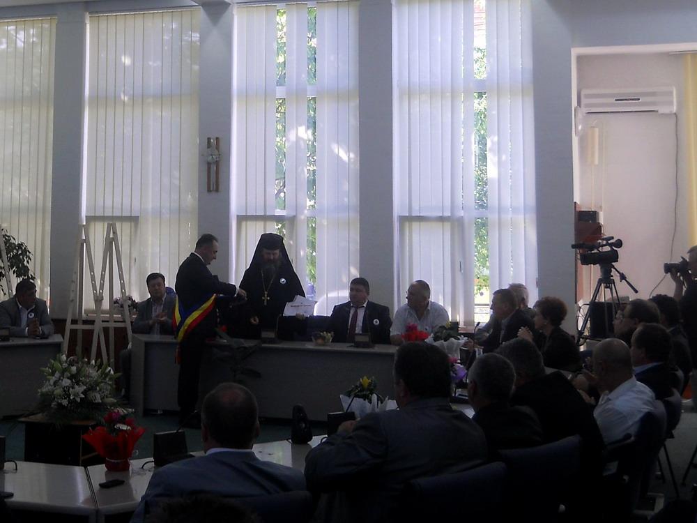 Parintele Hariton Negrea primind distinctia de Cetatean de Onoare post mortem al orasului Targu Neamt pentru Parintele Justin Parvu - Sept 2014