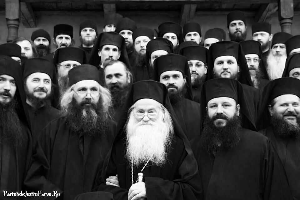 Parintele Justin Parvu si monahii de la Petru Voda - Foto Victor Roncea