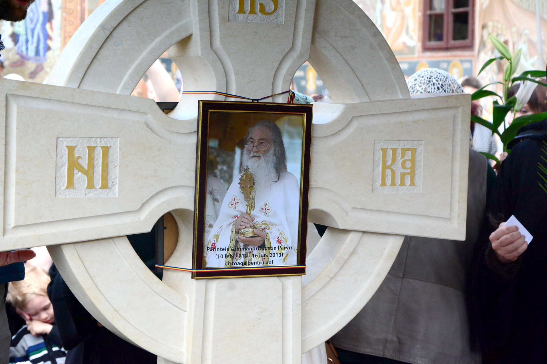 Crucea Parintelui Justin Parvu cu o foto de Cristina Nichitus Roncea - Foto Adrian Sarbu la Pomenirea de 4 Ani